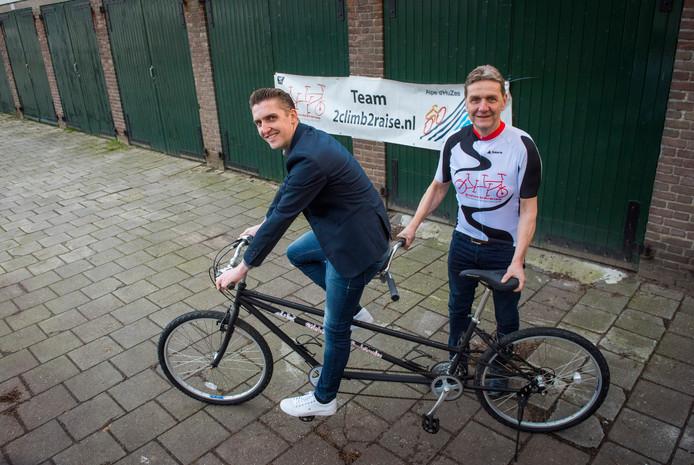 Dennis van Hout (links) en Hans van Beek gaan met de tandem de Aple d'Huez op.