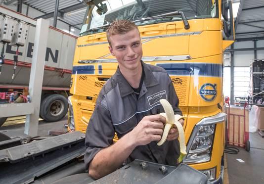 Leerling-monteur Tom Kosten pelt een banaantje voor de arbeidsvitaminen.
