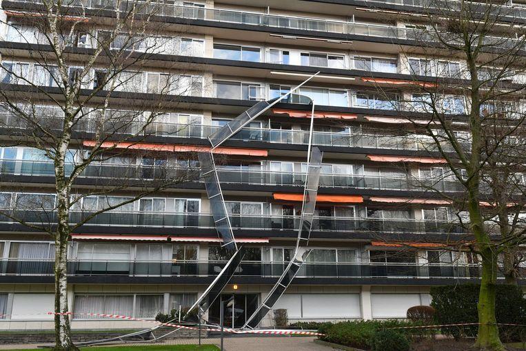 De balustrades van de balkons van dit appartemenstgebouw kwamen los en bengelen gevaarlijk tegen de onderste verdiepingen.