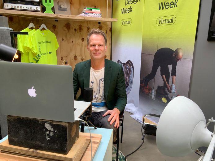 Martijn Paulen, DDW-directeur in zijn tuinhuisje annex tv-studio.
