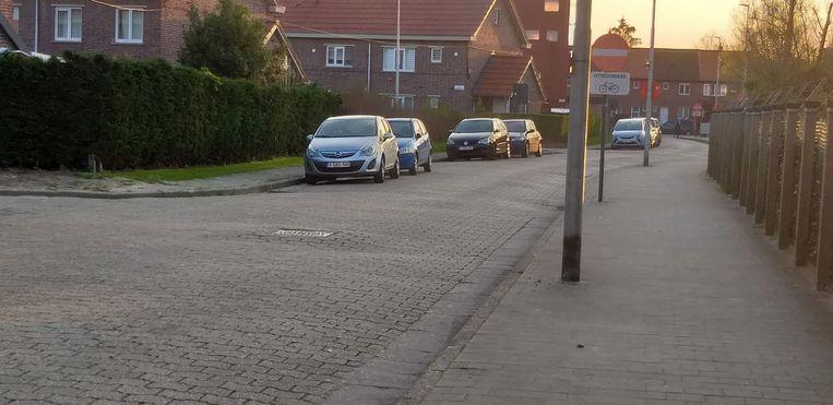 De Arduinstraat na de werk- en bezoekuren in het UZ. Met nog 7 geparkeerde wagens