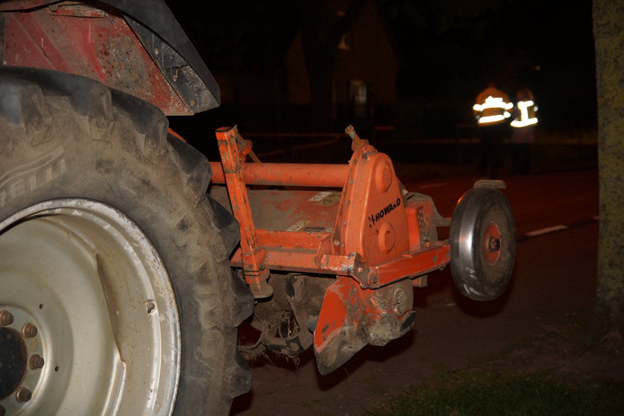 Messen van tractor doorboren auto in 's Gravenmoer