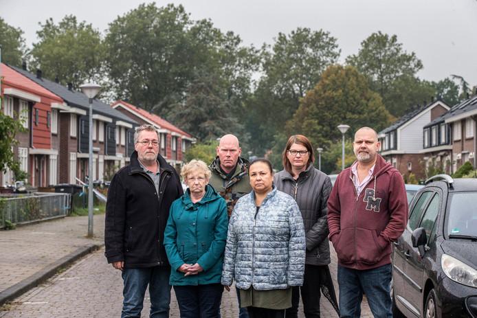 Huurders van Ieder1 zijn de gevolgen van de in hun ogen mislukte renovaties van hun woningen zo zat dat ze dreigen met een huurdersstaking. Van links naar rechts de huurders: Richard van Alphen, Els Bentink, Bennie Berendsen, Paulien Berendsen, Irene Klaassen en Richard Kuiper.