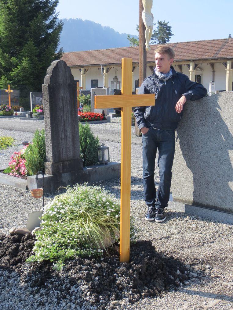 Rik Nijman, zoon van Ronald, bij het graf van zijn mogelijke grootvader Beeld Anneke Stoffelen