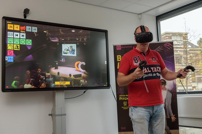 Eén van de deelnemers aan de VR-sessie.