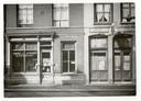 1942. Voor de ruit van het café r in de St. Annastraat, Breda prijkt een bord 'Voor Joden verboden'. foto stadsarchief breda