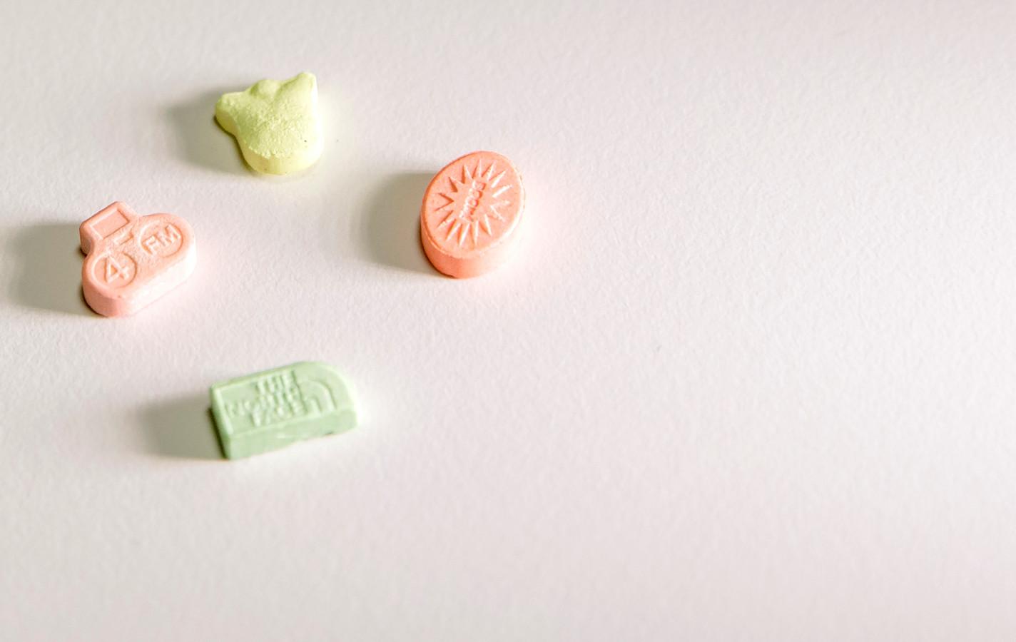 Vier pillen van de drug 4-FA. ANP SANDER KONING