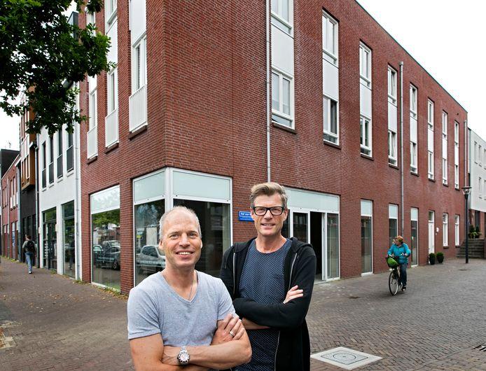 René Renders (l) en David van der Linden, de twee nieuwe eigenaars van galerie Bonnard, voor het nieuwe pand aan de Berg in hartje Nuenen.