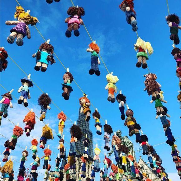De gehaakte popjes hingen boven de Groenplaats in Antwerpen.
