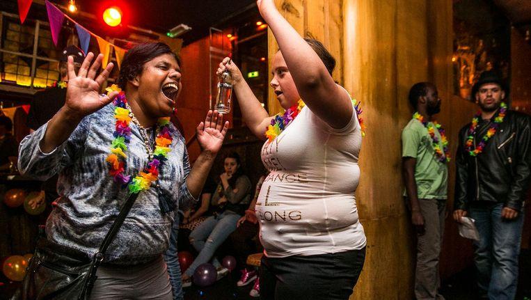 Dhammika Smit (links) en Sara van Ketel gaan los in Disco Dolly Beeld Amaury Miller