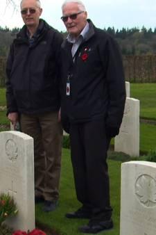 Oorlogsveteraan William McGregor ziet het graf van zijn broer voor het laatst
