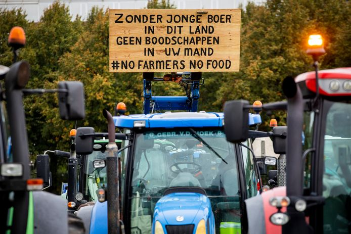 De betogers vinden dat de agrarische sector te veel maatschappelijke problemen op zijn bordje krijgt, van fosfaat- en stikstofreductie tot klimaatbeleid en dierenwelzijn.