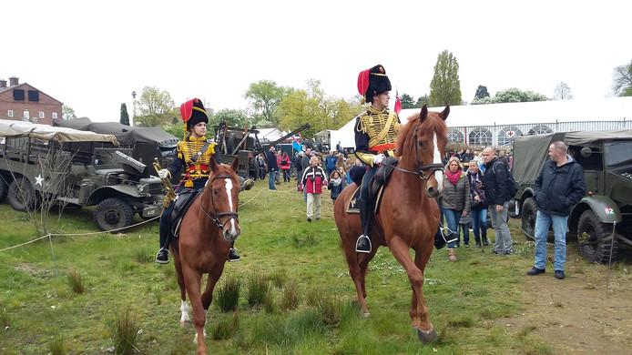 De Gele Rijders bewegen zich op paarden voort tussen het publiek op het Foulkes Festival.