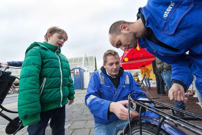 Controle van fietsverlichting in Alphen. De fietsersbond heeft zaterdag (actiedag) voor het eerst in 25 jaar geen kraam.