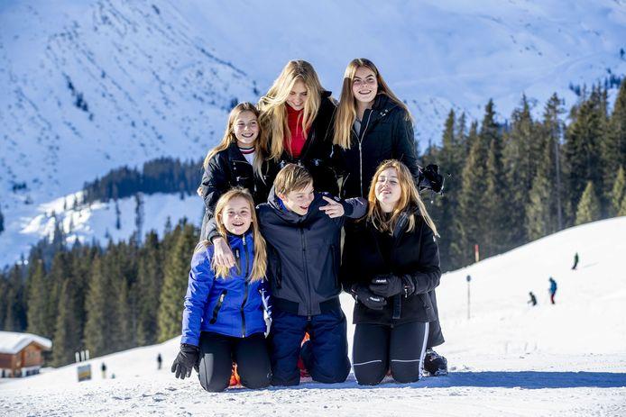 Prinses Catharina-Amalia, Prinses Alexia, Prinses Ariane en gravin Eloise, graaf Claus-Casimir en gravin Leonore poseren tijdens de jaarlijkse fotosessie in Lech.