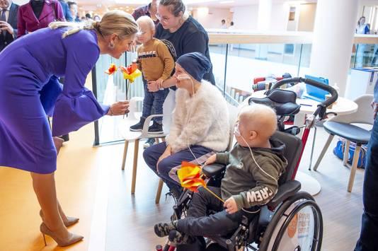 Koningin Máxima praat in het Prinses Máxima Centrum met patiënten .