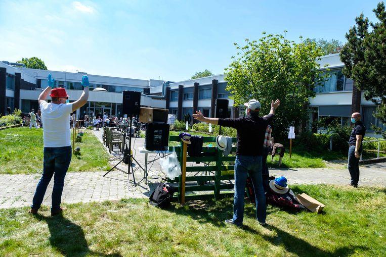 Enkele Hemiksemse dj's draaien platen aan WZC Zonnewende, om de bewoners en het personeel een hart onder de riem te steken.