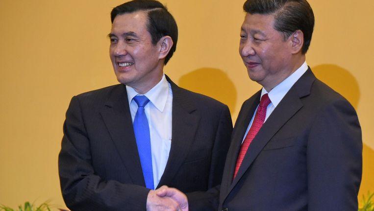 Taiwanese president Ma Ying-jeuo (links) schudt de hand van Chinese president Xi Jinping Beeld afp