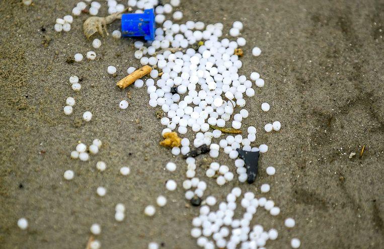 Plastic balletjes op het strand van Schiermonnikoog, een eiland in de Waddenzee, die zijn aangespoeld nadat het vrachtschip MSC Zoe 270 containers heeft verloren in een storm.