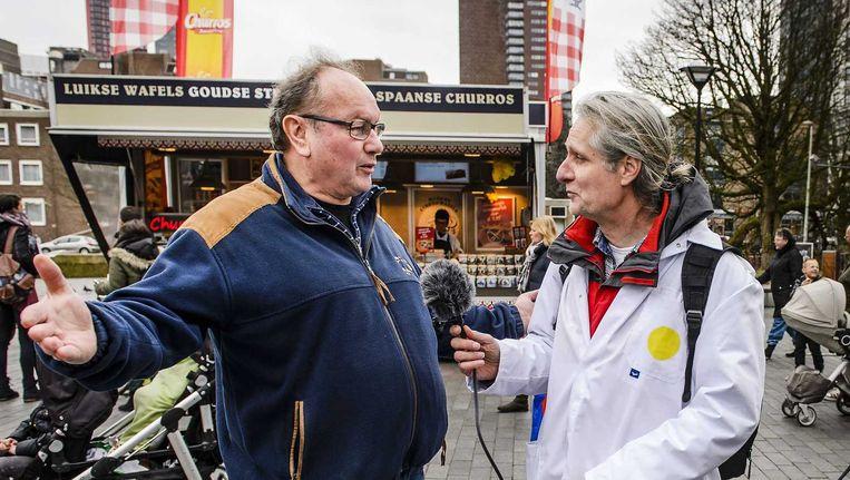 Belangstellenden worden geïnterviewd door mensen van de 36Stedenreferendumtoerbus. De grote stadsbus maakt een tour door Nederland om de kiezers te informeren over het raadgevend referendum op 6 april over Oekraïne. Beeld ANP