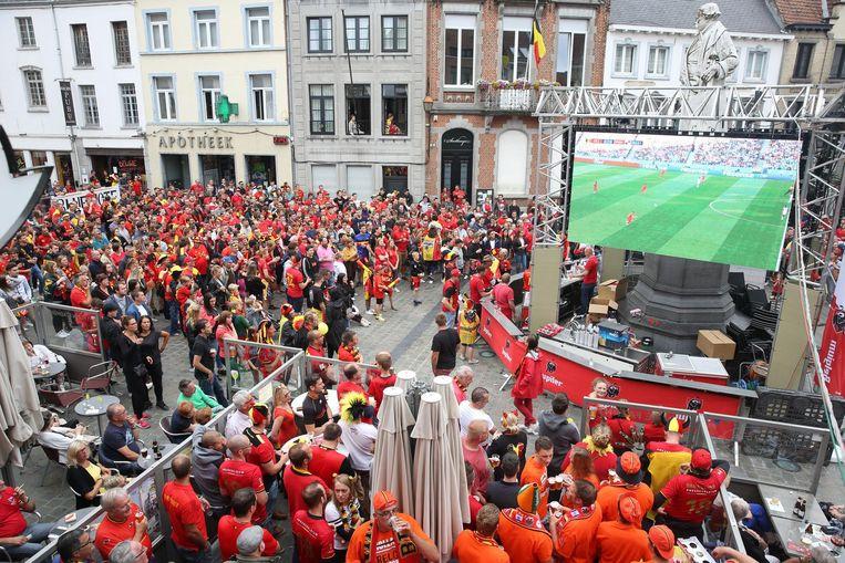 Op de Grote Markt konden supporters afgelopen maandag op liefst vier grote schermen kijken naar de wedstrijd. Servais kijkt intussen over de menigte uit.