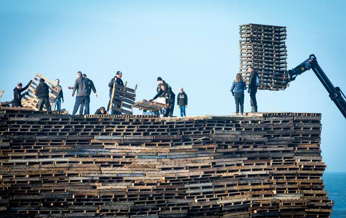 De opbouw van een stapelplaats voor een vreugdevuur voor de jaarwisseling in Scheveningen in een eerder jaar.