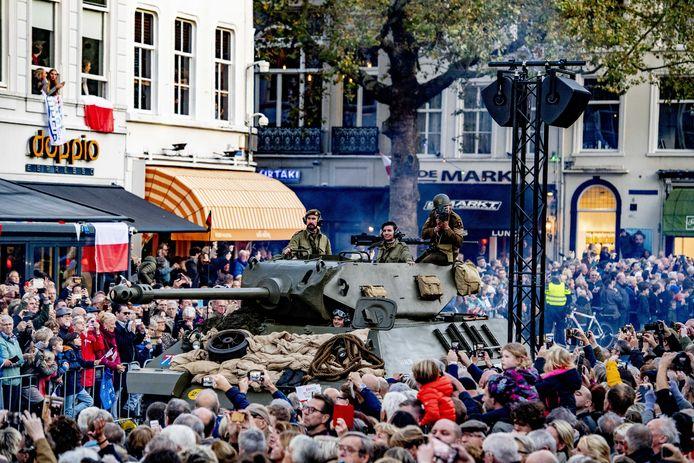 BREDA - Een bomvolle Grote Markt bij de 75e herdenking van de bevrijding van Breda in 2019. Koning Willem-Alexander en de Poolse president Andrzej Duda volgen de vrijheidstocht in de binnenstad.