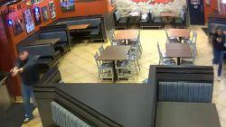 Da's pech hebben als overvaller: enig koppeltje in restaurant blijkt getrouwd politiepaar, dat hun 'date night' met plezier even pauzeert
