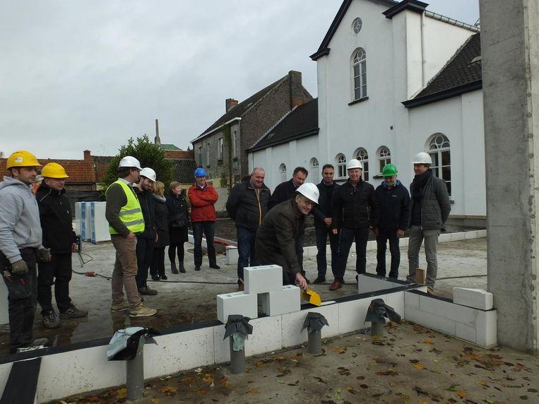 Burgemeester Philippe De Coninck legt de symbolische eerste steen van het bouwproject.