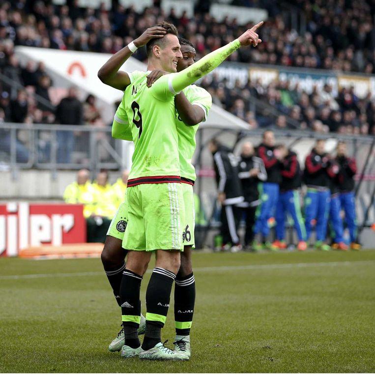 Ajax-speler Arek Milik scoort en viert de 0-1 met Riechedly Bazoer. Beeld anp
