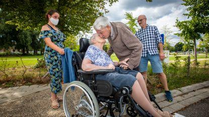 """""""Mag ik haar kussen?"""": Wim (89) en Mariette (87) herenigd na elkaar maar liefst 3 maanden niet te hebben gezien door corona"""
