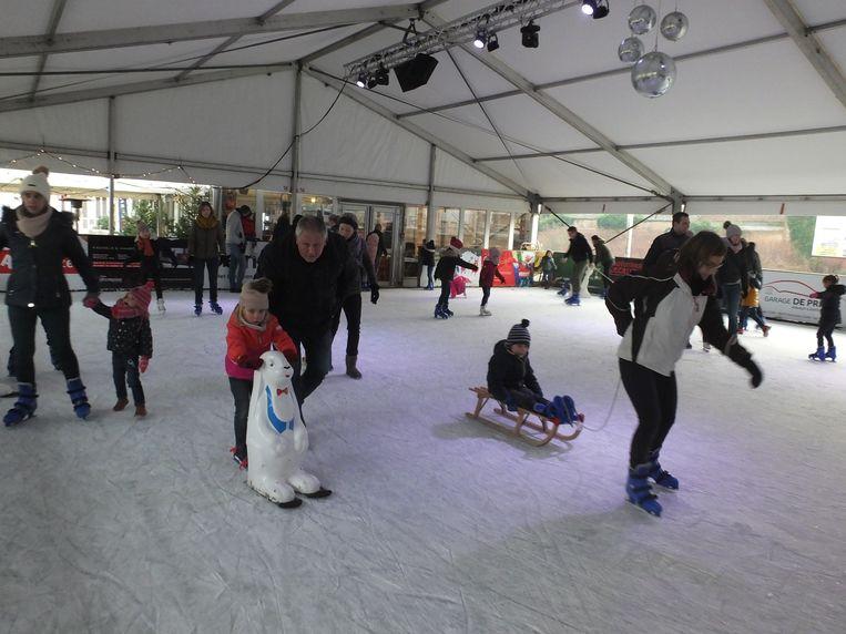 Ook op zondagochtend is er veel volk op de schaatspiste.