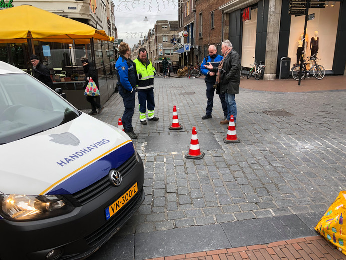 Handhaving bij de Blauwe Steen op de Burchtstraat.