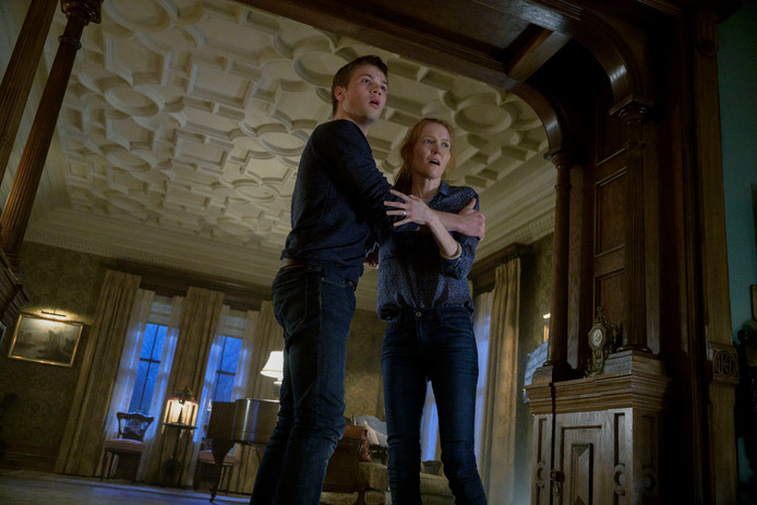 "Connor Jessup et Darby Stanchfield dans ""Locke & Key""."