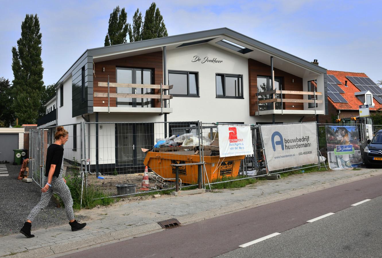 Op de plek van het oude dorpshuis is nu een appartementencomplex herrezen met een Oostenrijkse uitstraling.