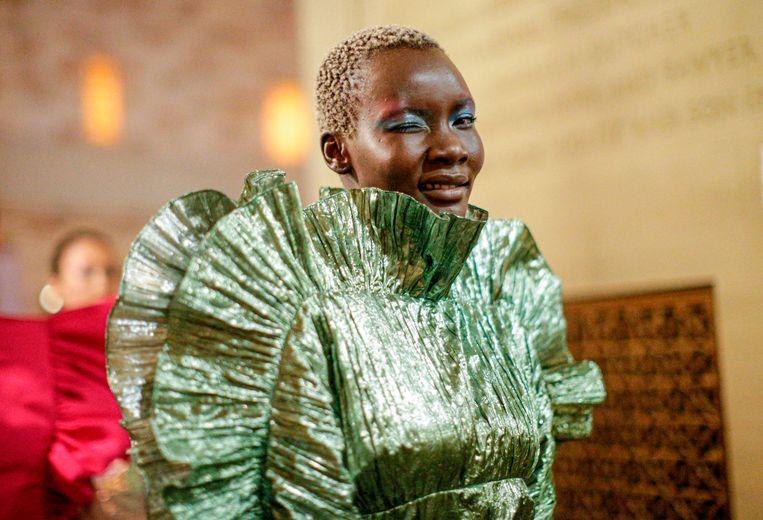 Een model op de catwalk van de Christian Siriano lente- en zomer 2020 modeshow tijdens New York Fashion Week.
