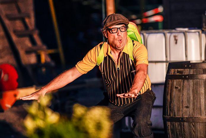 Tonprater Joep de Wildt in coronatijd, grappen makend op het terras van Gastel Sfeer.