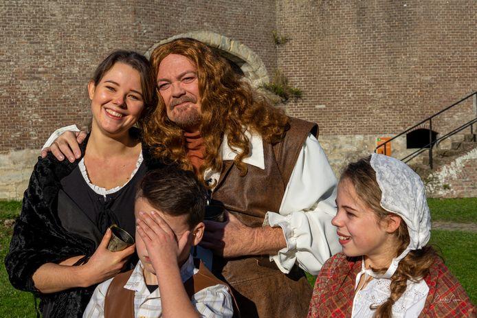 Peter Reinders als Michiel de Ruyter en Amber de Vrieze als Anna van Gelder met twee van hun kinderen.