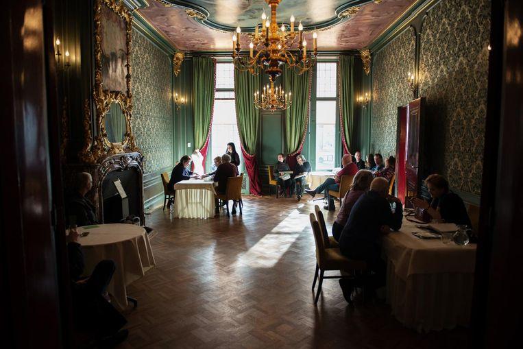 Een eerdere taxatiedag in Tassenmuseum Hendrikje. Beeld Tassenmuseum Hendrikje