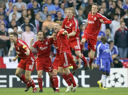 Daniel Agger (derde van links) na zijn goal. Verder zichtbaar, vlnr, Steven Gerrard, Boudewijn Zenden, John Arne Riise, Dirk Kuyt en Peter Crouch.
