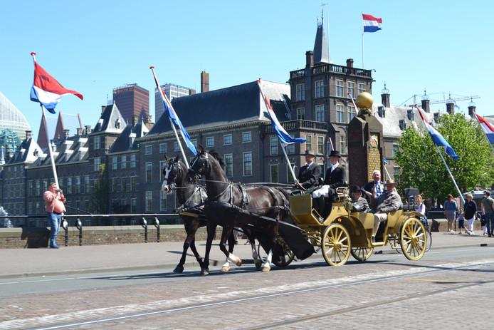 De Gouden Koetsjes rijden langs Haagse bezienswaardigheden.