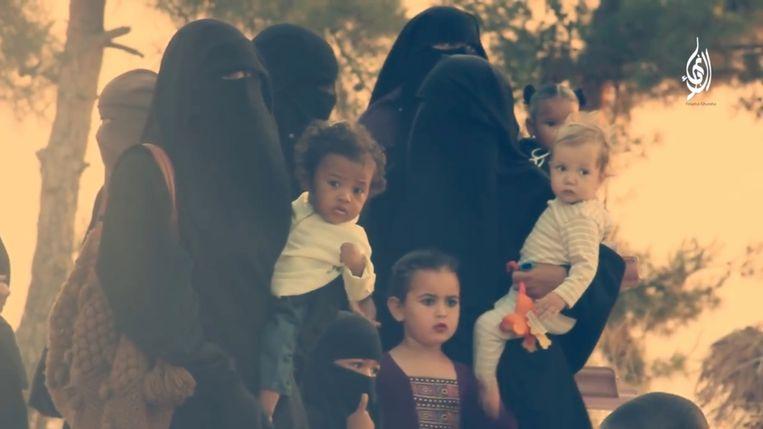 In een propagandavideo wordt Yasmine omringd door kinderen die uit alle windrichtingen lijken te komen.