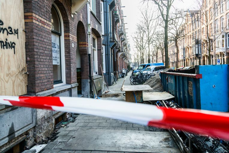 Aan de Van Breestraat was een pand in 2018 even onbewoonbaar verklaard door mogelijke verzakkingen ten gevolge van het graven van een kelder onder het pand en het bouwen van een extra verdieping op het dak. Beeld Tammy van Nerum