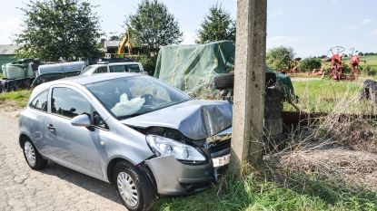 Tegen verlichtingspaal: bestuurster lichtgewond