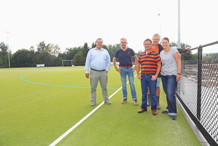 Bestuursleden Denis Van Odijk, Johan Groffen, voorzitter Wim Claeys, Jean-Louis Baudhuin en Stephanie De Waele op het nieuwe kunstgrasveld.