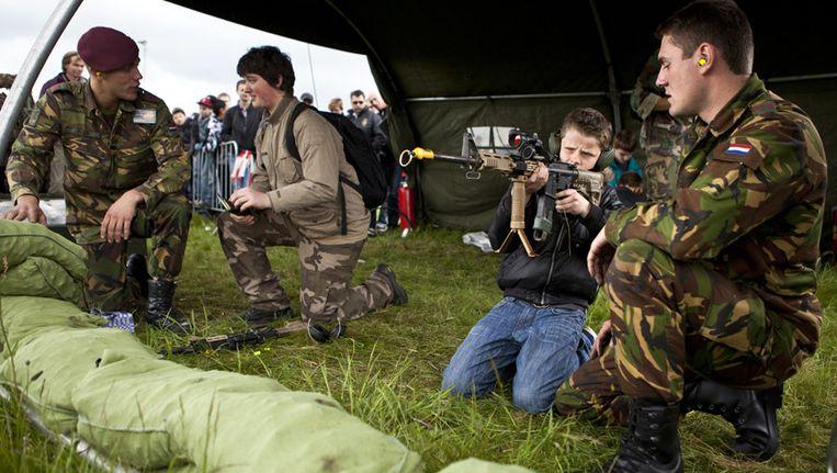 Jonge bezoekers in actie tijdens de jaarlijkse Landmachtdagen in Oirschot. Beeld ANP