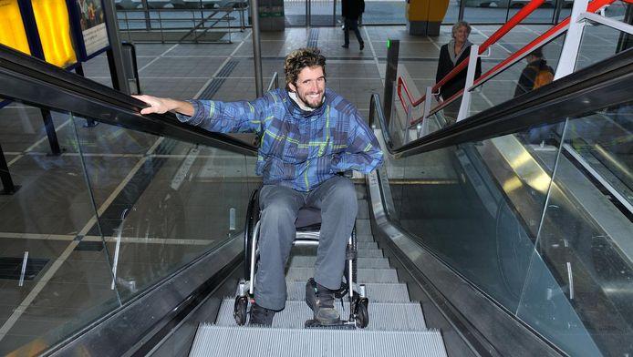 Pieter van Diepen heeft een sticker ontworpen waarop een voorovergezeten rolstoeler afgebeeld staat, eentje die zich voortbeweegt. De tekening van de wachtende man in een rolstoel is volgens hem niet meer van deze tijd.