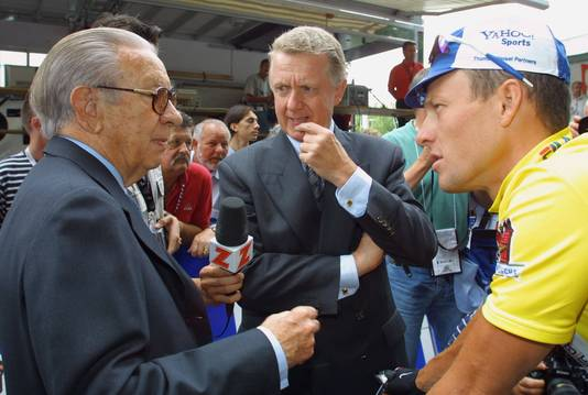 Hein Verbruggen (midden) in geprek met Juan Antonio Samaranch en Lance Armstrong in 2001.