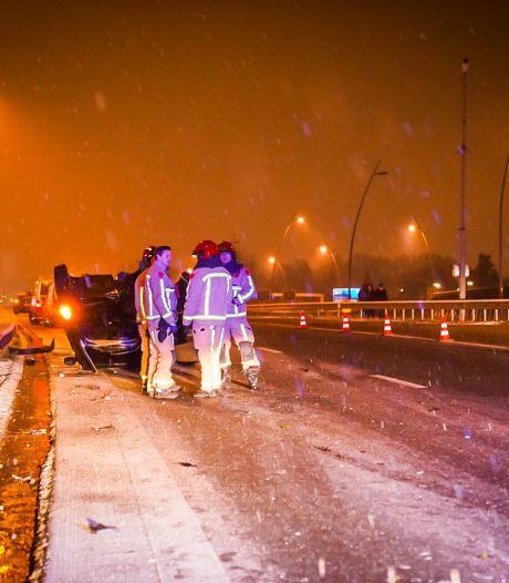 Auto over de kop op de A2 bij Eindhoven, vermoedelijk door glad wegdek