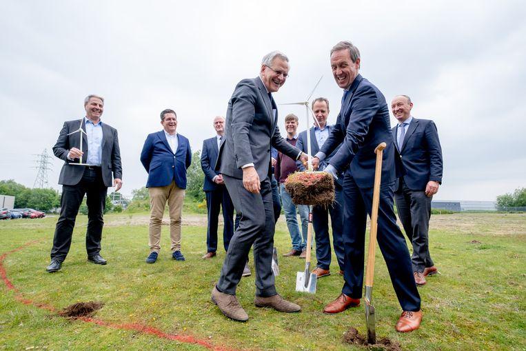 Minister Kris Peeters steekt de eerste spade in de grond voor de windmolens bij Qualiphar in Bornem